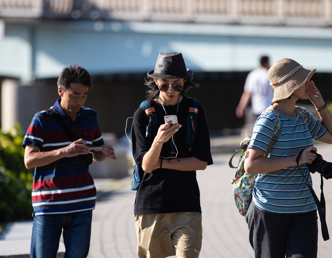 japan-people-with-cell-phones